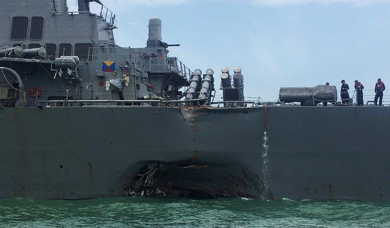 Savaş gemisi ile petrol tankeri çarpıştı: 10 kayıp