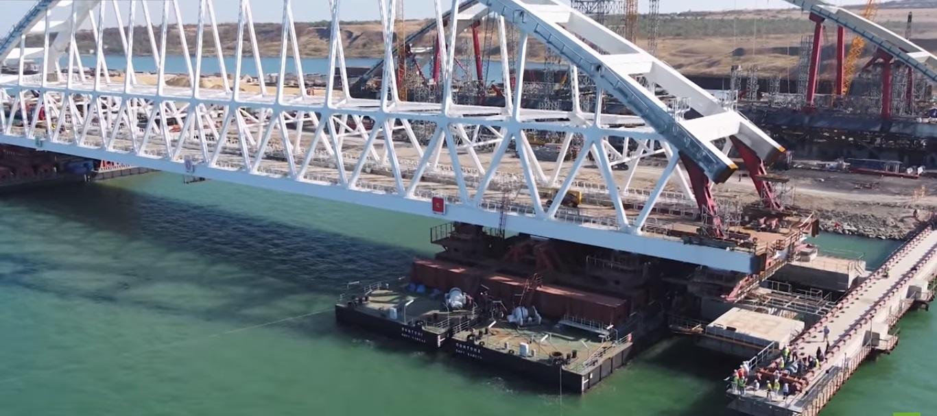 Kerç Köprüsü'nün 5 bin 500 tonluk arkı nakil için yolda