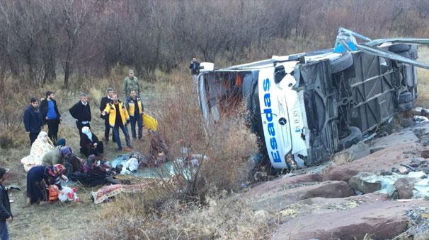 Otobüs şarampole yuvarlandı: Ölü ve yaralılar var