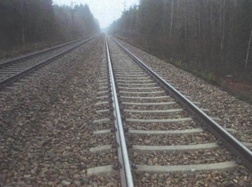 17 tonluk kiriş, tren raylarının üzerine düştü