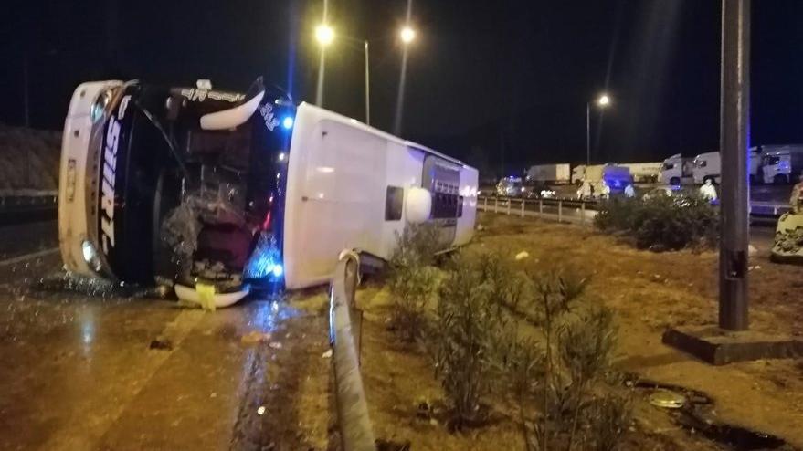 Yolcu otobüsü kaygan yolda devrildi: 12 yaralı