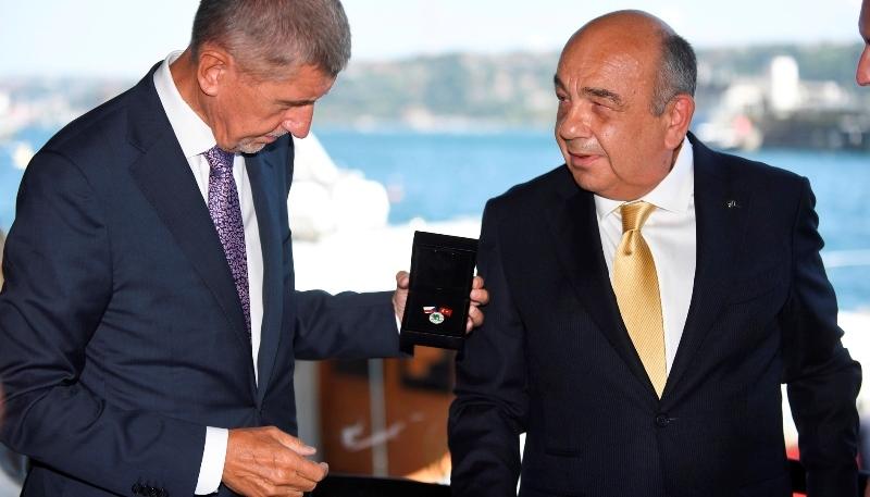 Ahmet Yüce'ye Çek Liyakat Madalyası