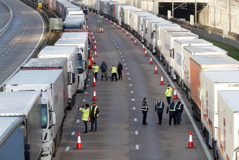 Sınırda kalan kamyon sürücüleri yardım bekliyor