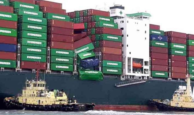 Evergreen gemisinde 36 konteyner denize düştü