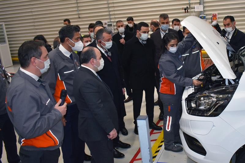 Bakan Varank, Ford Otosan'ın elektriklilerini yerinde inceledi