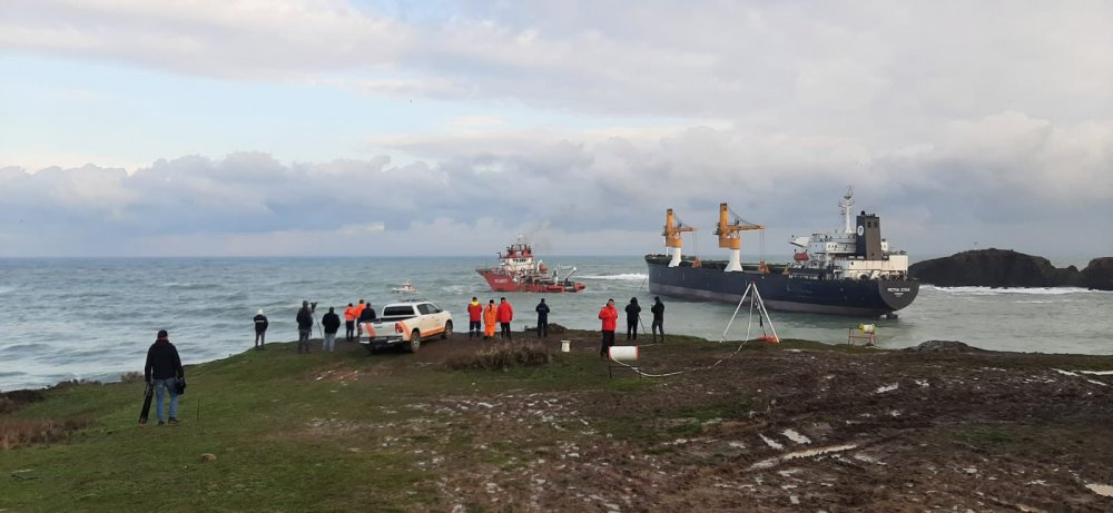 Riva'da karaya oturan gemi kurtarıldı