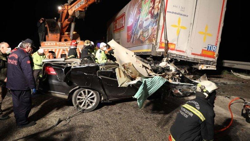TIR'a çarpan otomobil hurdaya döndü: 2 ölü