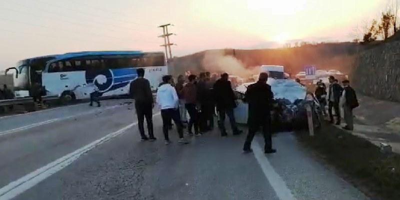 Yolcu otobüsü ve otomobil kafa kafaya çarpıştı