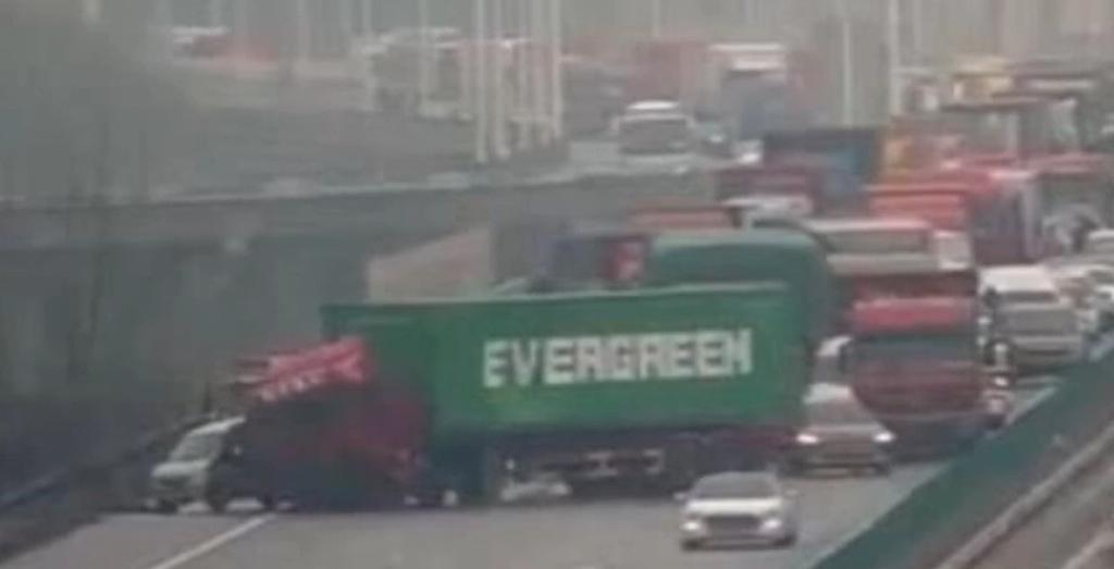 Yine Evergreen, bu kez karayolunu tıkadılar