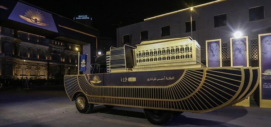 Mumyalar, altın renkli özel araçlarla müzeye taşındı