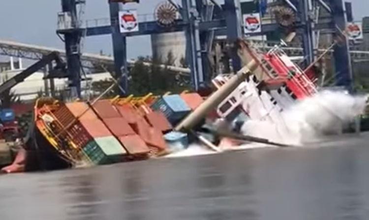54 konteynerin 18'ini suya düşürdü, işte alabora anı