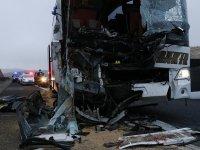 Otobüs, TIR'a arkadan çarptı: 3 ölü