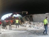 Kuzey Marmara Otoyolu'nda TIR köprüye çarptı