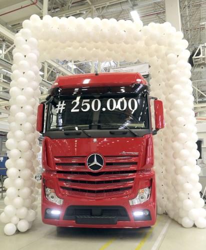 mercedes-benz-turk-250.000inci-kamyonunu-uretti-(3).jpg