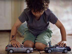 """Mercedes'in """"çarpışmayan"""" oyuncak arabaları"""