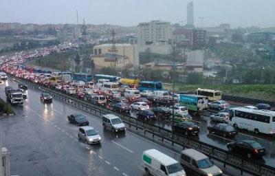 100 karayolu trafiğe kapatıldı